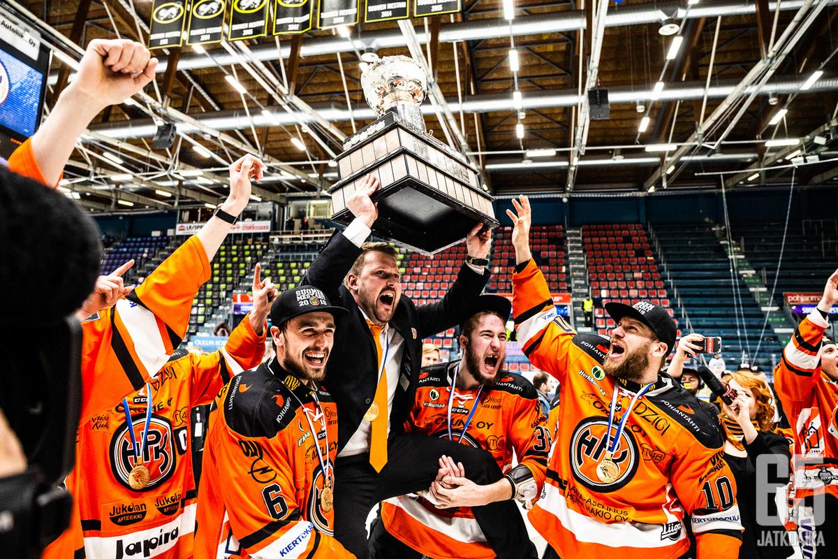 HPK:n päävalmentajasta Antti Pennasesta tuli Jukka Jalosen jälkeen toinen HPK:ssa mestaruuden voittanut päävalmentaja.