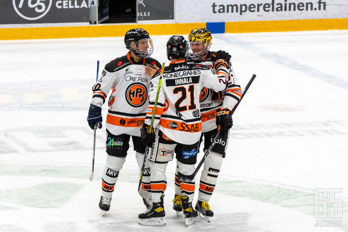 HPK onnistui loppukirissään Tampereella. Jere Innala (keskellä) laukoi voittomaalin jatkoajalla.