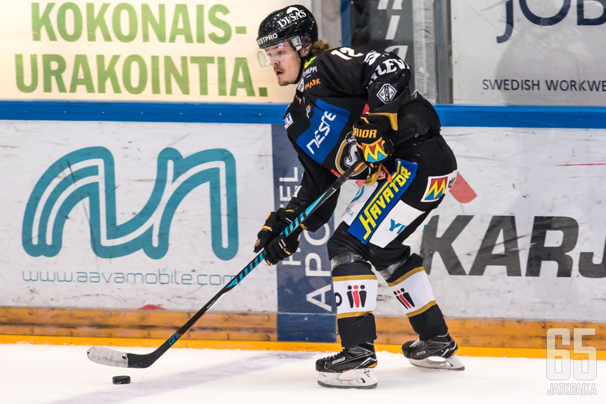 Ville Leskinen alusti ottelun avausmaalin.