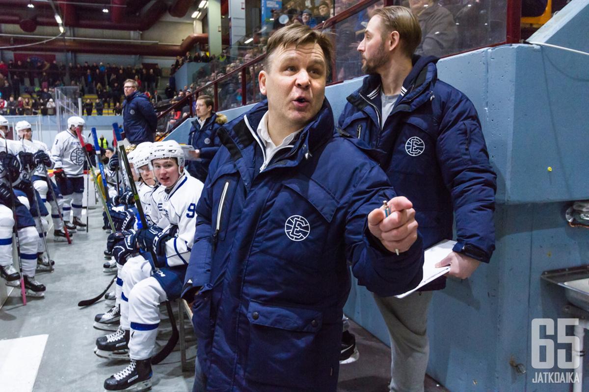 Raimo Summanen nähtiin viimeksi jääkiekkojoukkueen valmentajana Espoossa.