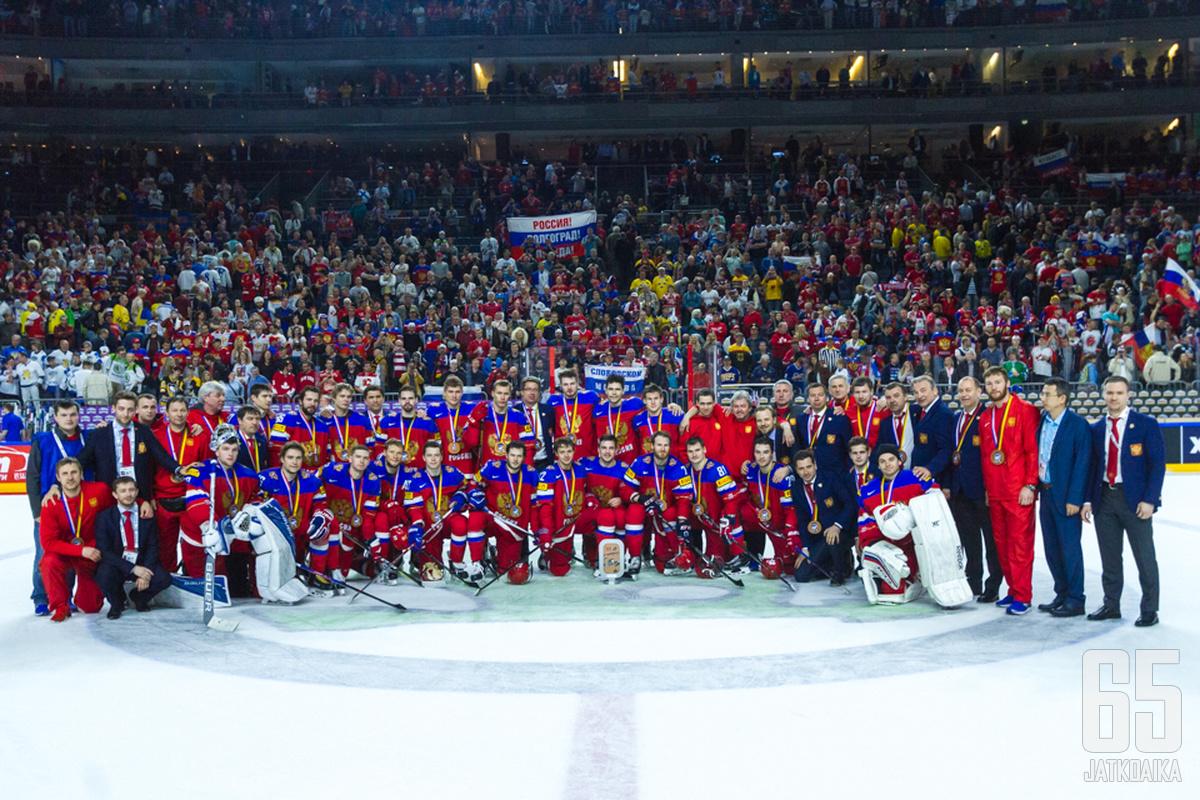 Venäjän joukkueelle pujotettiin kaulaan pronssimitalit.