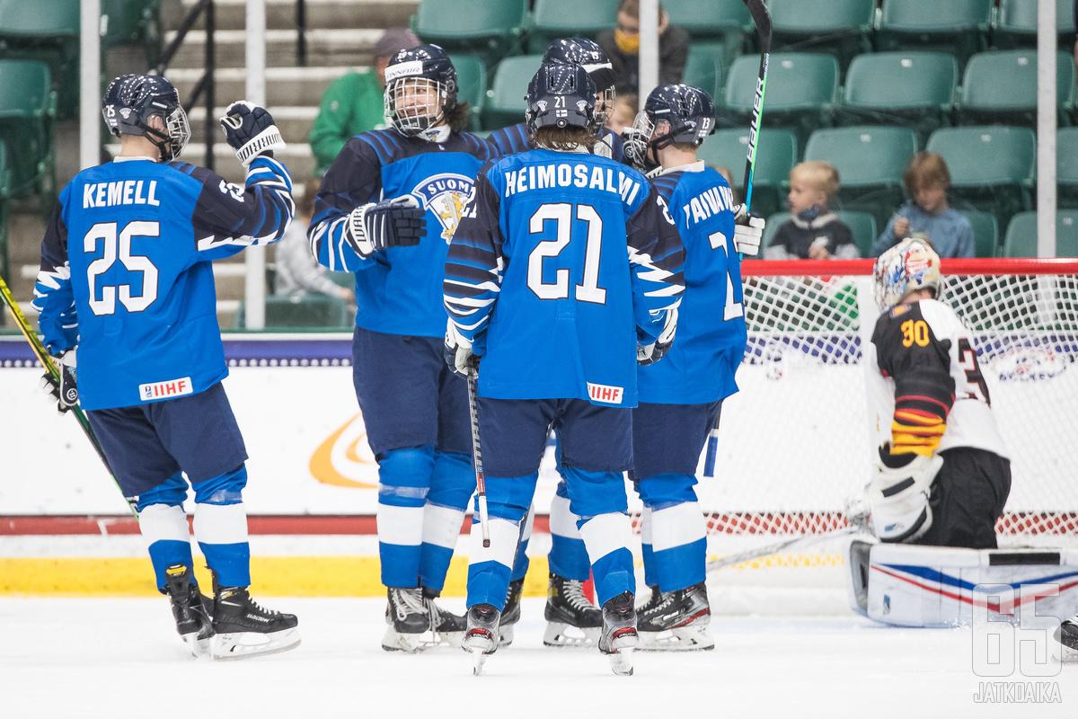 Suomi juhli turnauksen kolmatta voittoaan.