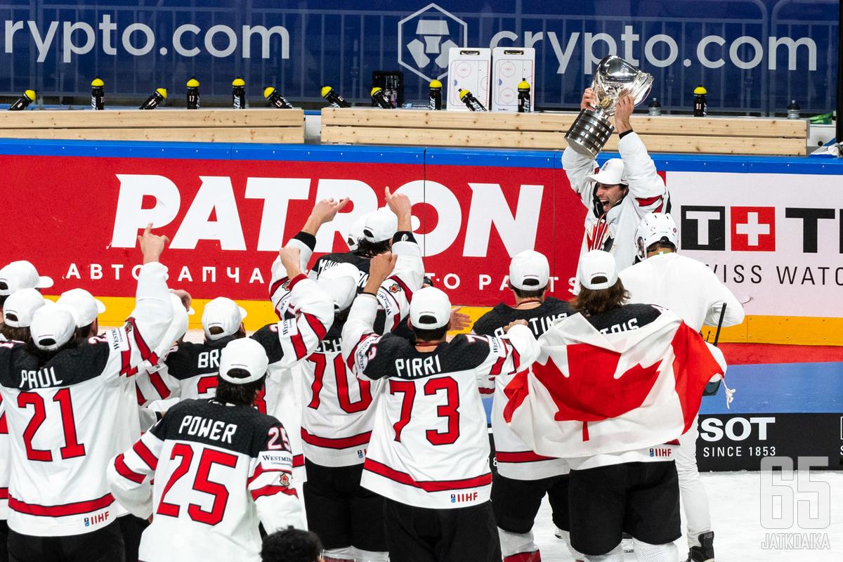 Kanadan pelaajat riemuitsivat maailmanmestaruudesta.