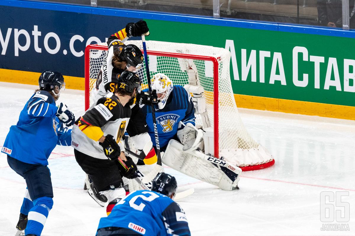Välierän kuva on tässä: Saksa hyökkää täydellä voimalla ja Jussi Olkinuora tekee kaikkensa maalinsuulla.