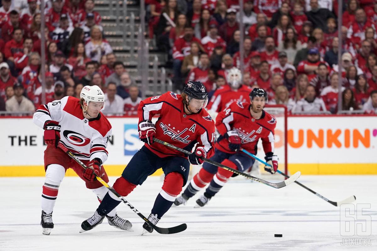 Aleksi Saarela (vas.) pääsi tekemään NHL-debyyttinsä pudotuspeleissä.