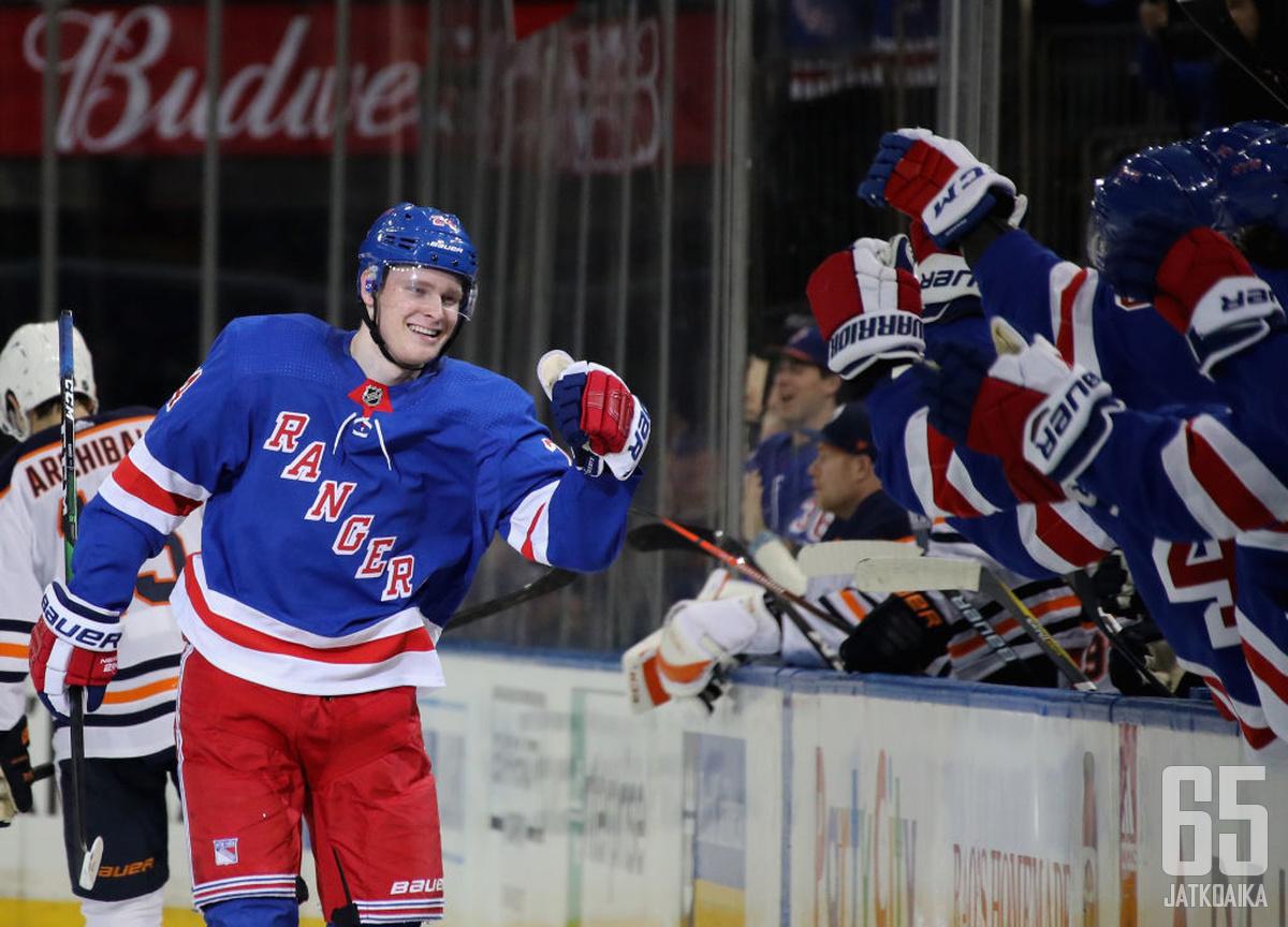 Kaapo Kakko nähtäneen Rangers-paidassa elokuun pudotuspeleissä.