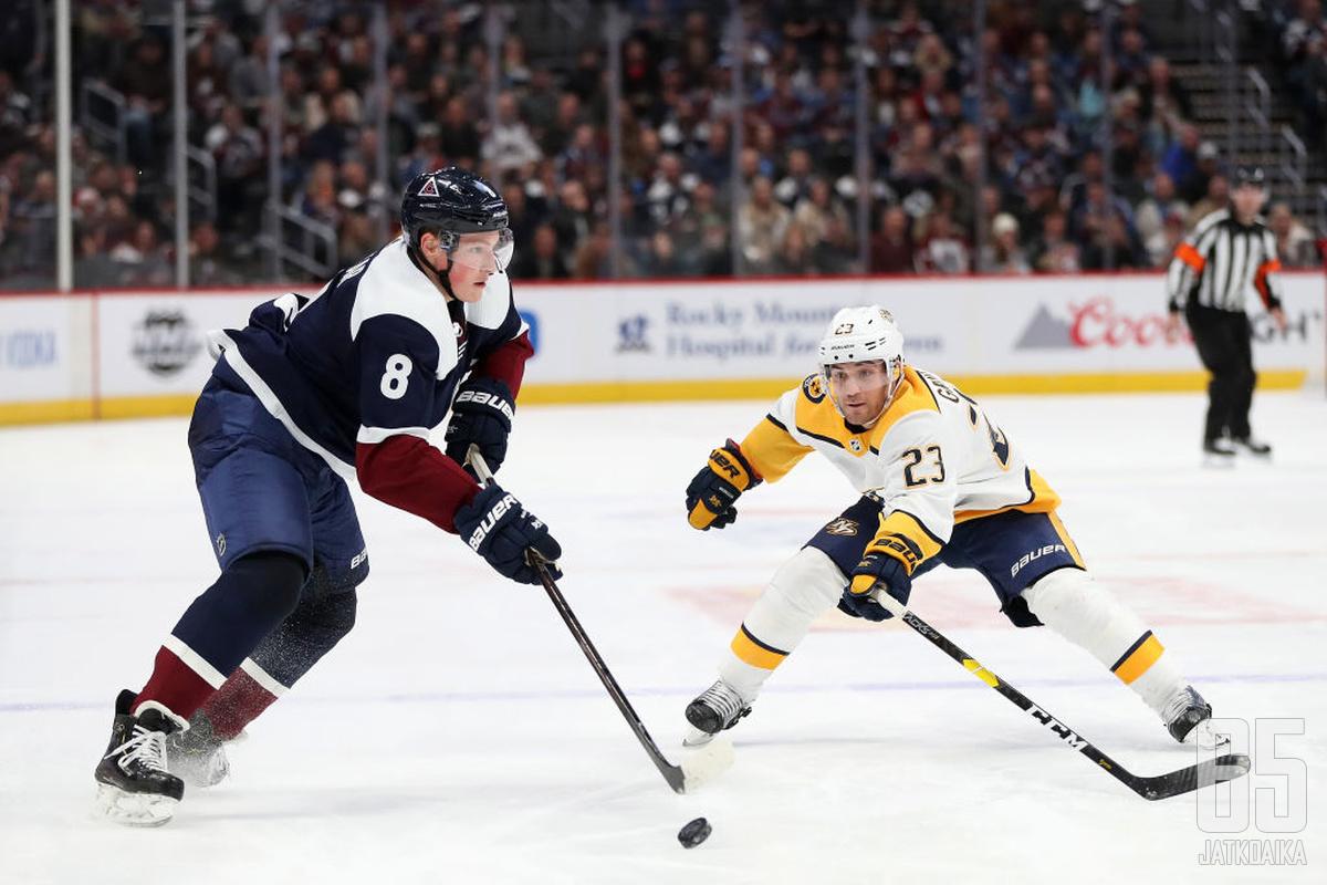 Komeetan lailla NHL-kartalle tullut Cale Makar johtaa Colorado Avalanchen puolustusta.