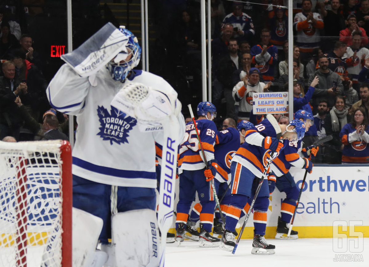Fanien plakaatissa ilmoitetaan lehtienpolttotalkoista. Islanders oli ankara isäntä Maple Leafsille, vaikka lepsuili loppua kohti.