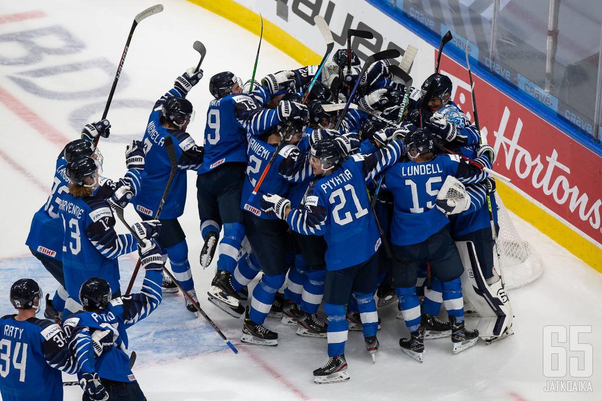 Näin riehakkaasti juhlivat Nuoret leijonat voitettuaan Ruotsin.