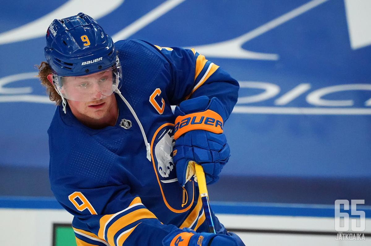 Koko NHL-uransa Buffalo Sabresia edustanut Jack Eichel menettää kapteenin C-kirjaimen rinnastaan.