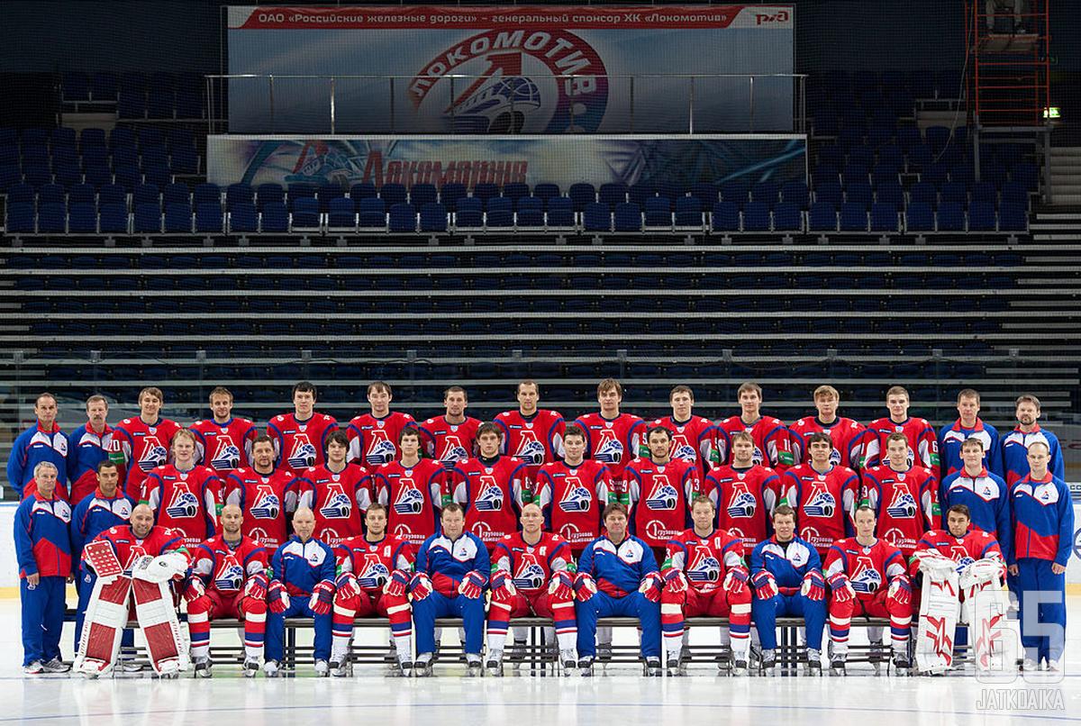 Lokomotiv Jaroslavin joukkueen jäsenet ryhmäkuvassa vain muutamia päiviä ennen lento-onnettomuutta.