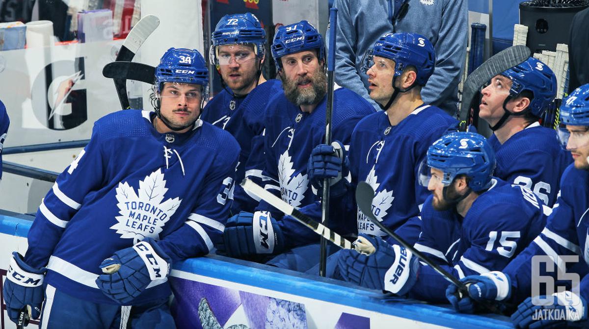 Auston Matthews (34) seisoi jälleen Maple Leafs -rivistön edessä.