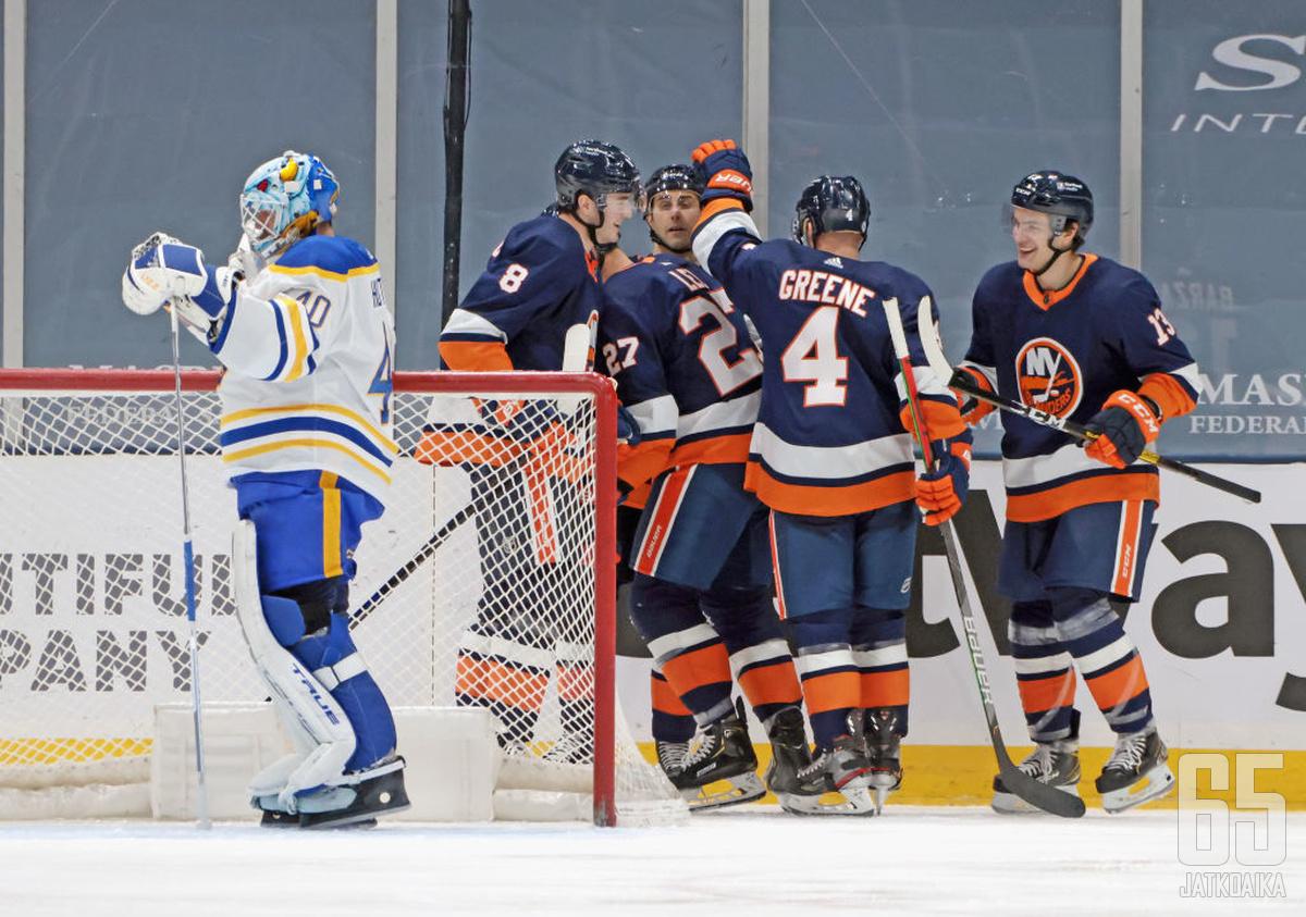Islanders pelaa ja voittaa joukkueena. Carter Hutton on Sabresin maalilla kovin yksinäinen.