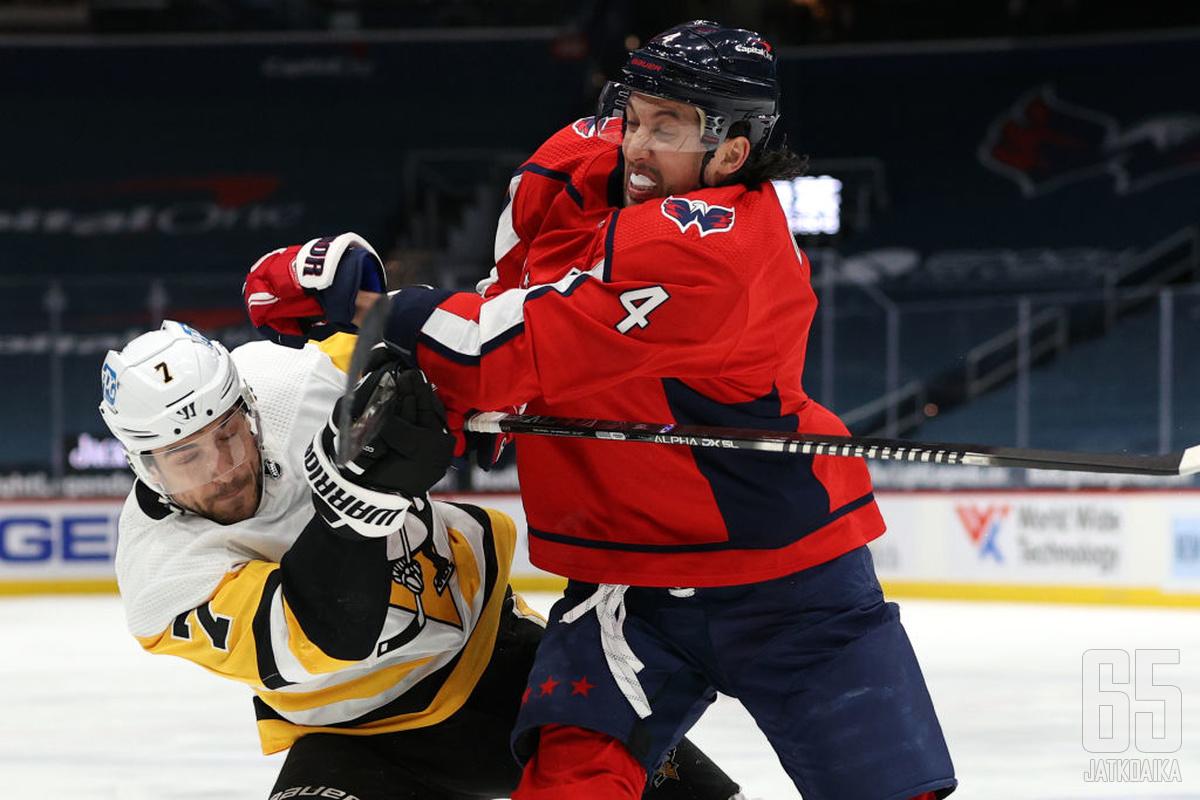 Sekä Penguinsin että Capitalsin kamppailut jatkuvat pudotuspeleissä. Kuvassa Colton Sceviour ja Brenden Dillon.