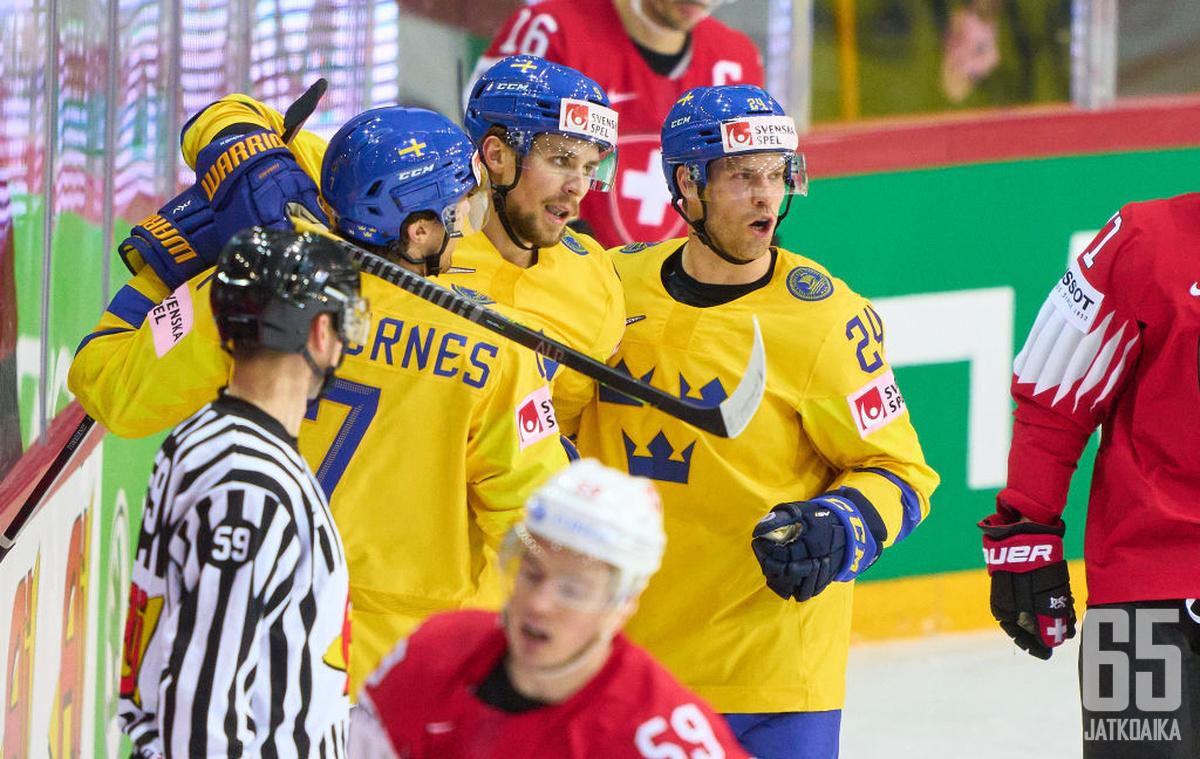 Ruotsi oli murskaavan ylivoimainen ja otti tylyn 7–0-voiton Sveitsistä. Adrian Kempe (kesk.) oli yksi suurista onnistujista.