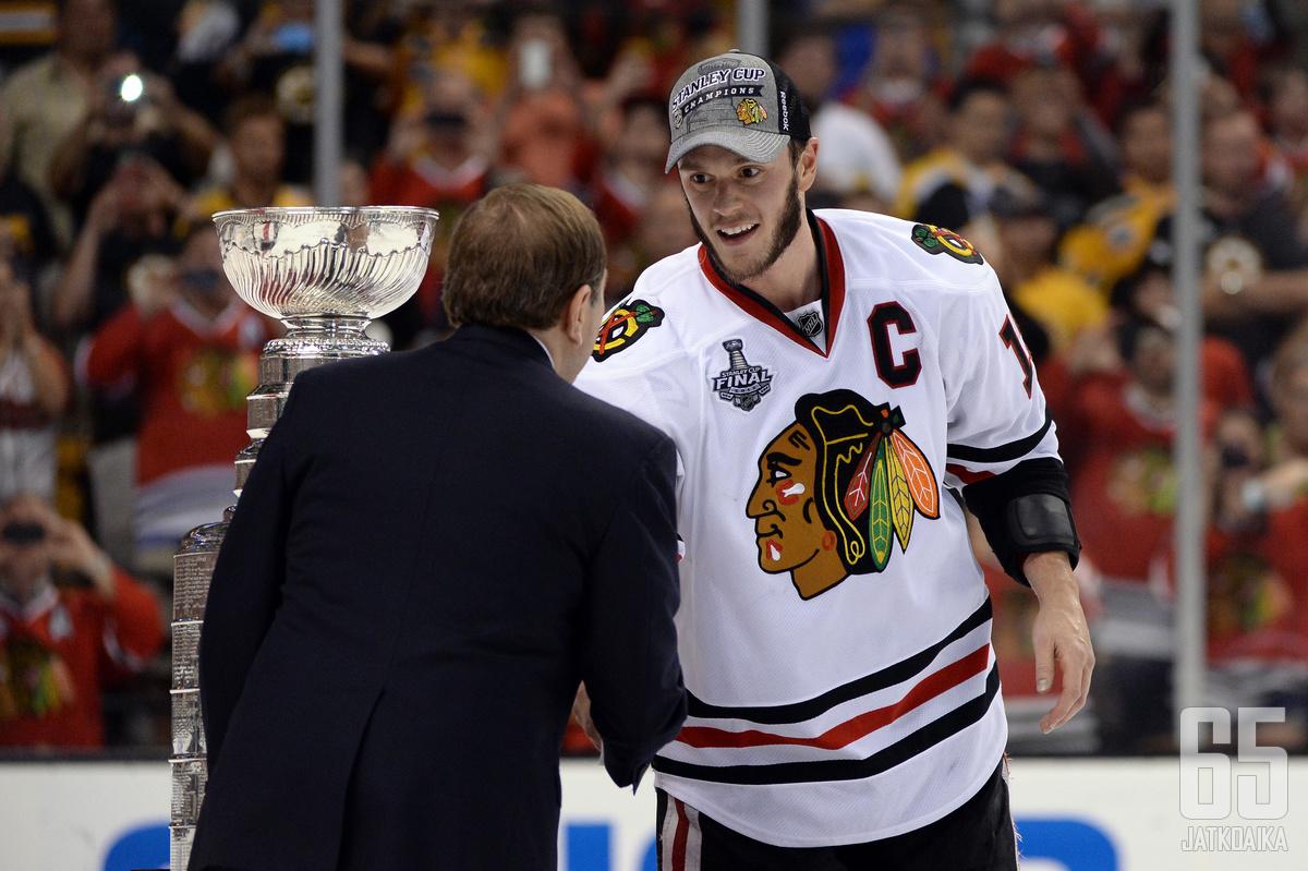 Jonathan Toews pääsi kättelemään Gary Bettmania Stanley Cup -voittajana.
