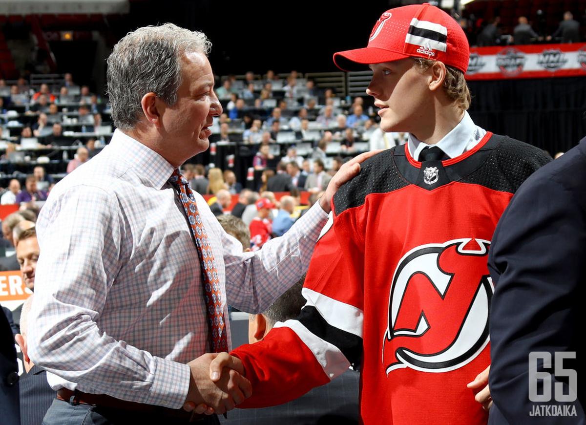 Jesper Boqvist ja Devils-GM Ray Shiro NHL:n varaustilaisuudessa vuonna 2017.