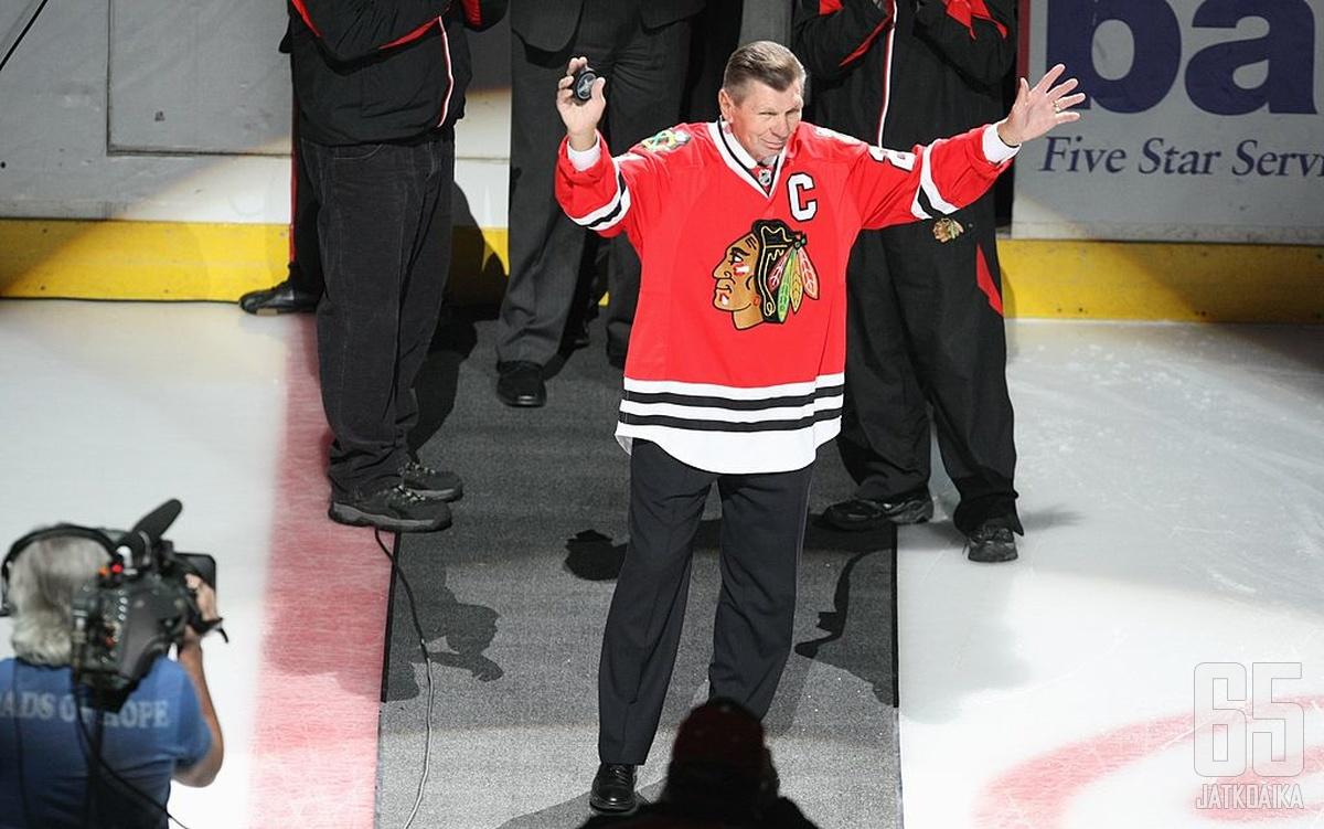 Mikita pelasi koko NHL-uransa Chicago Black Hawksissa ja hän oli ensimmäinen pelaaja, jonka pelinumeron organisaatio jäädytti.