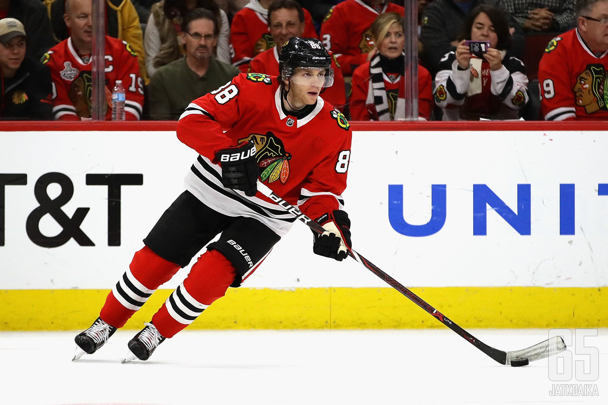 CHICAGO, IL - FEBRUARY 21:  Patrick Kane #88 of the Chicago Blackhawks controls the puck against the Ottawa Senators at the United Center on February 21, 2018 in Chicago, Illinois. The Blackhawks defeated the Senators 3-2 in a shoot out.  (Photo by Jonath