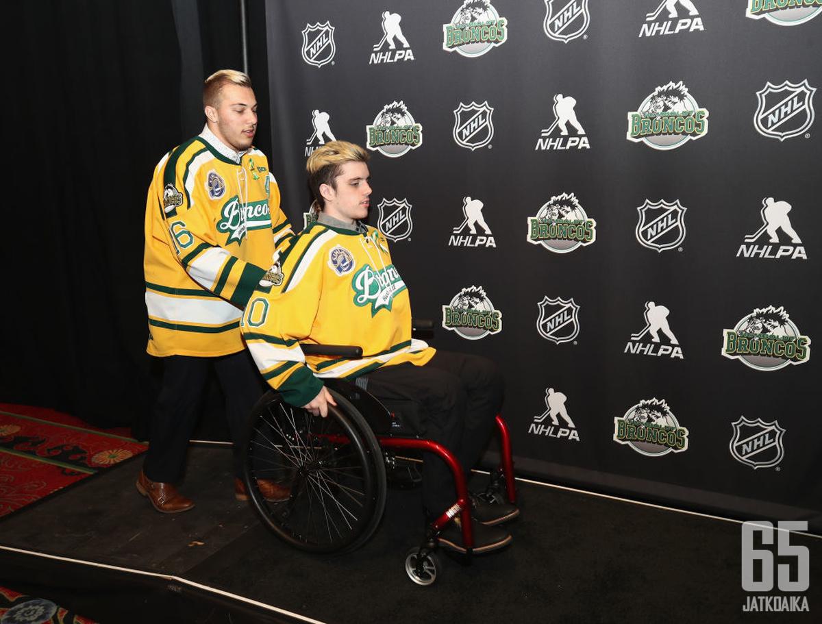 Kaleb Dahlgren (vasemmalla) itselleen tunnusomaisessa puuhassa auttamassa muita. Tässä hän työntää joukkuekaveriaan NHL:n palkintojenjakotilaisuuteen.