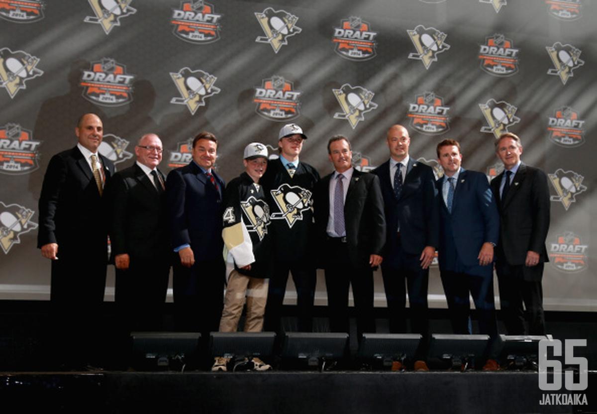 Kasperi Kapanen (keskellä) sai kunnian olla Rutherfordin (toinen vasemmalta) ensimmäinen Penguins-varaus.