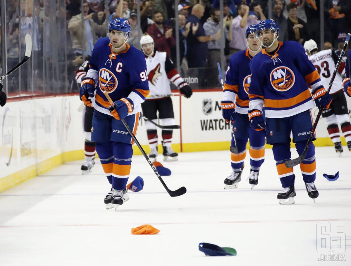 New York Islandersin John Tavares kukisti hattutempullaan Arizona Coyotesin.