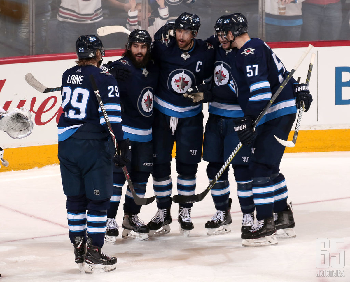 Dylan DeMelo pukee myös ensi kaudella Winnipeg Jetsin paidan päälleen.