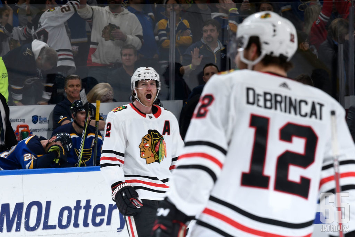 Duncan Keith on tottunut johtamaan Blackhawksia myötä- ja vastamäessä. Alex DeBrincat on vielä tulevaisuuden nimi uudistuvassa joukkueessa.