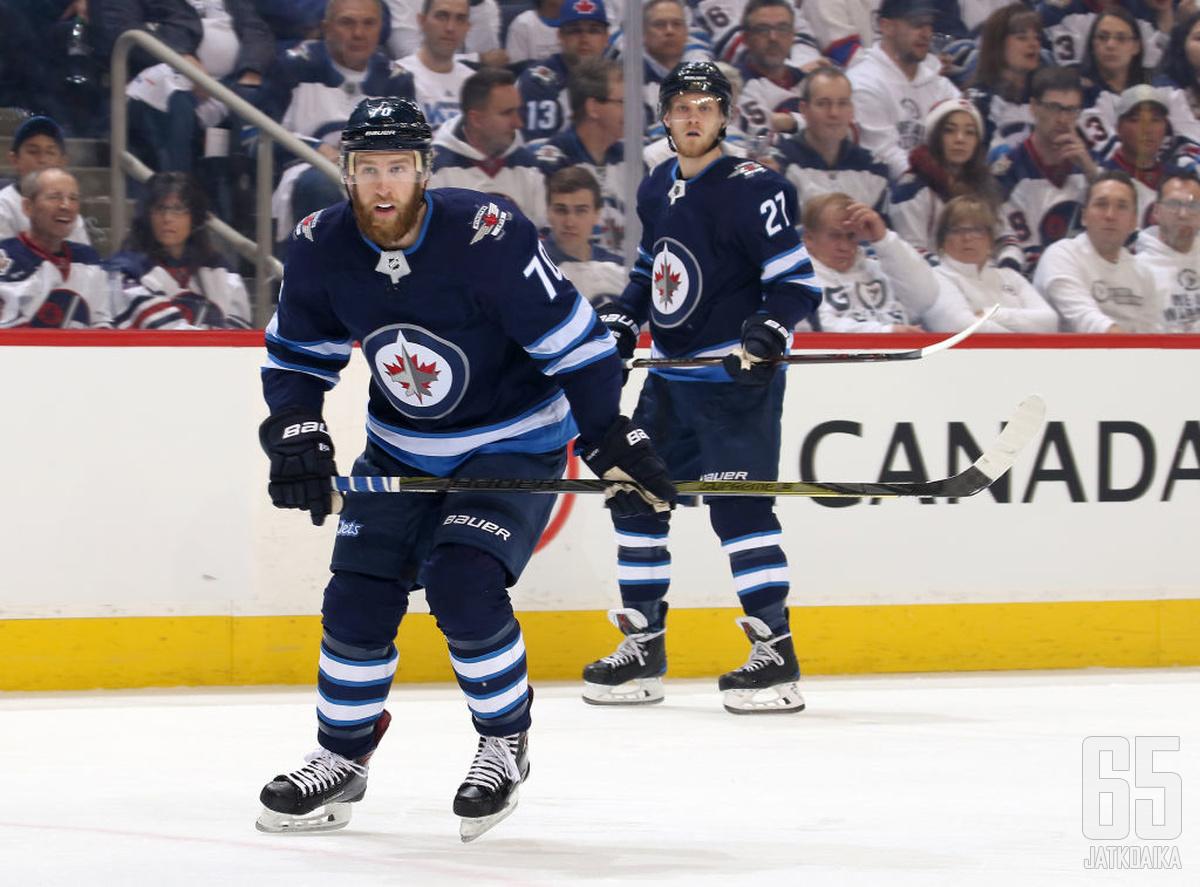 Joe Morrow (edessä) on pelannut urallaan myös NHL:n Winnipeg Jetsissä kausina 2017−2019.