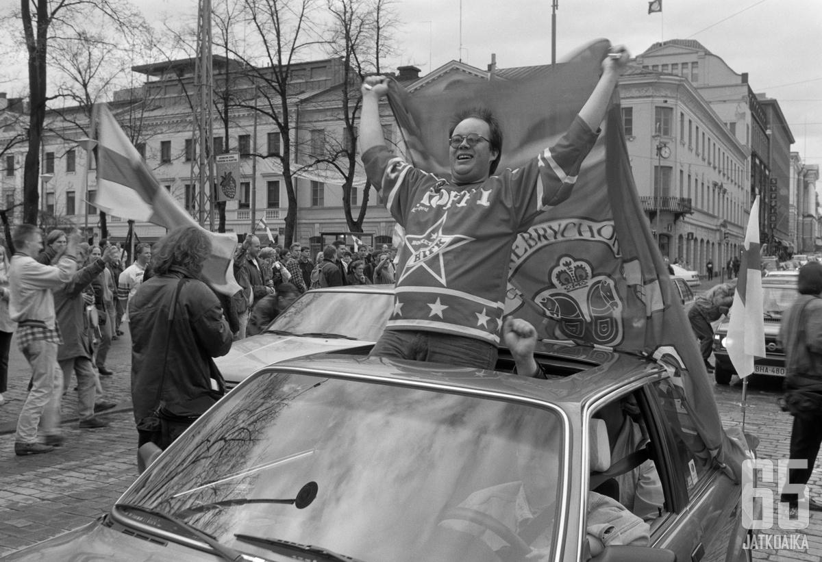 Sponsorointi valtasi 1980- ja 1990-luvuilla alaa jääkiekkokulttuurissa. Kuva on Helsingin kaupunginmuseon arkistosta.