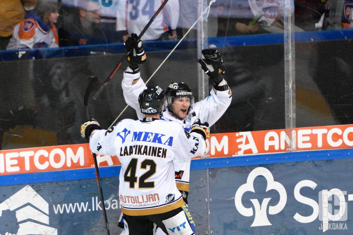 Mika Pyörälä tuuletti tekemäänsä voittomaalia, johon upean syötön jakoi Jesse Puljujärvi.