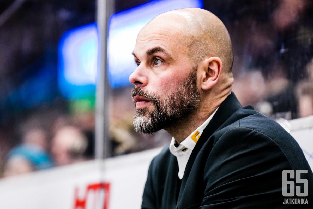Ilveksen päävalmentaja Jouko Myrrä oli pelivuosinaan liigakarsinnoissa sekä hävinneen että voittaneen joukkueen riveissä.