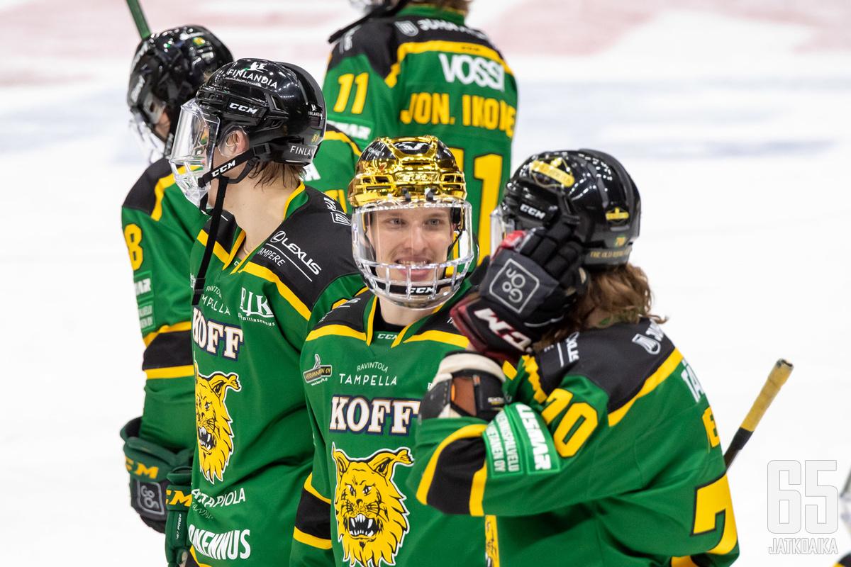 Kapteeni ja kultakypärä Eemeli Suomi iloitsi joukkueen kanssa voiton hetkellä.