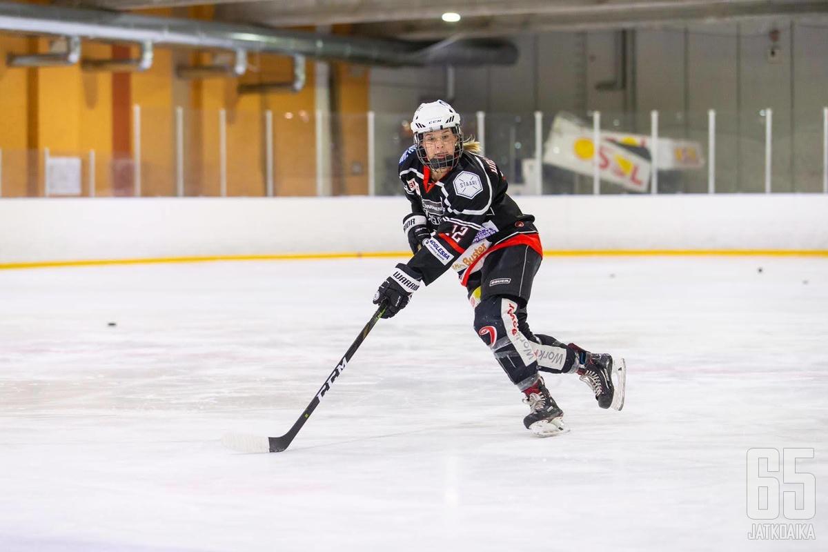 Zaida Holmström odottaa innolla Naisten Liigan alempaa jatkosarjaa.