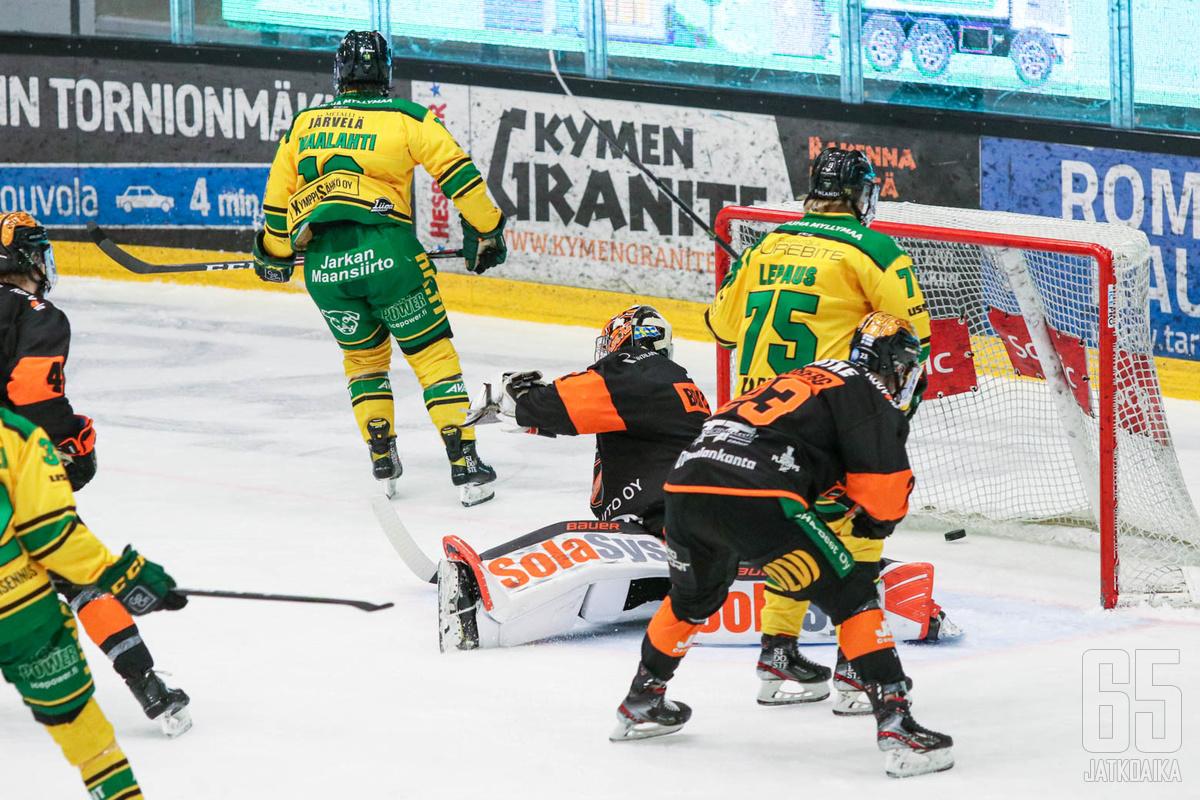 Siellä lepää! Ville Maalahden soolosuoritus toi Ilvekselle voittomaalin KooKoota vastaan.