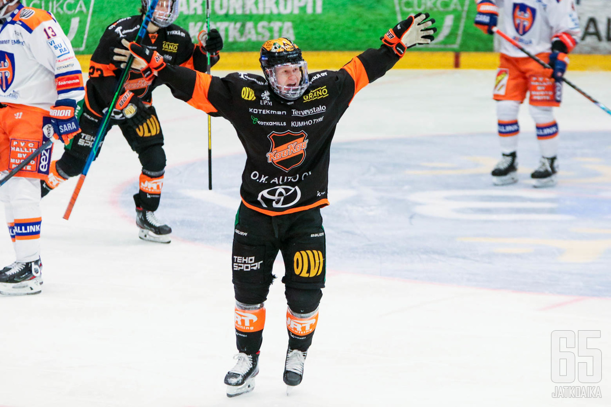 Aleksi Ainali pääsi juhlimaan voittomaalia Tapparaa vastaan.