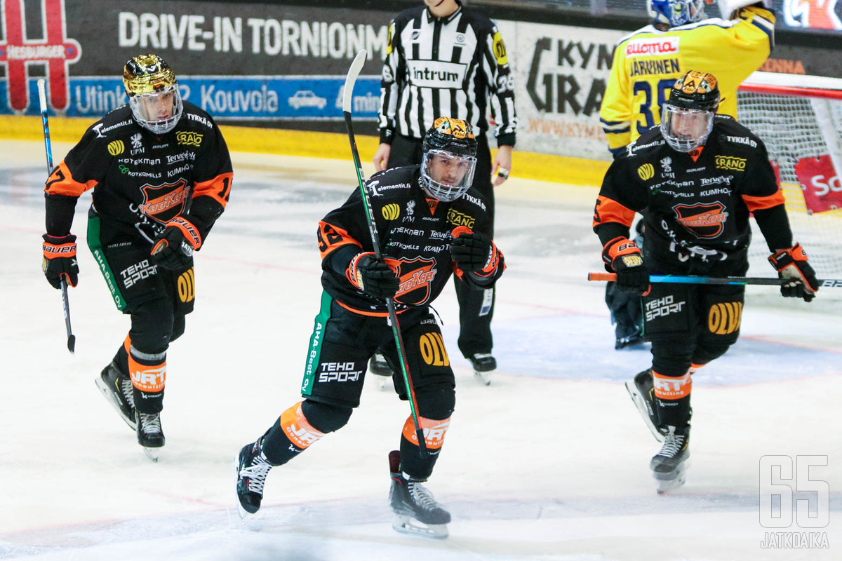 Ahti Oksanen ja Vilmos Galló juhlivat Christian Thomasin kanssa KooKoon kolmatta maalia.