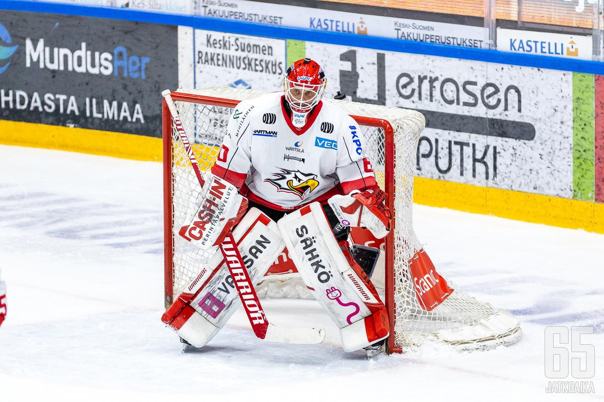 Rasmus Reijola torjui kosolti kiekkoja, mutta se ei tällä kertaa riittänyt vierasvoittoon.