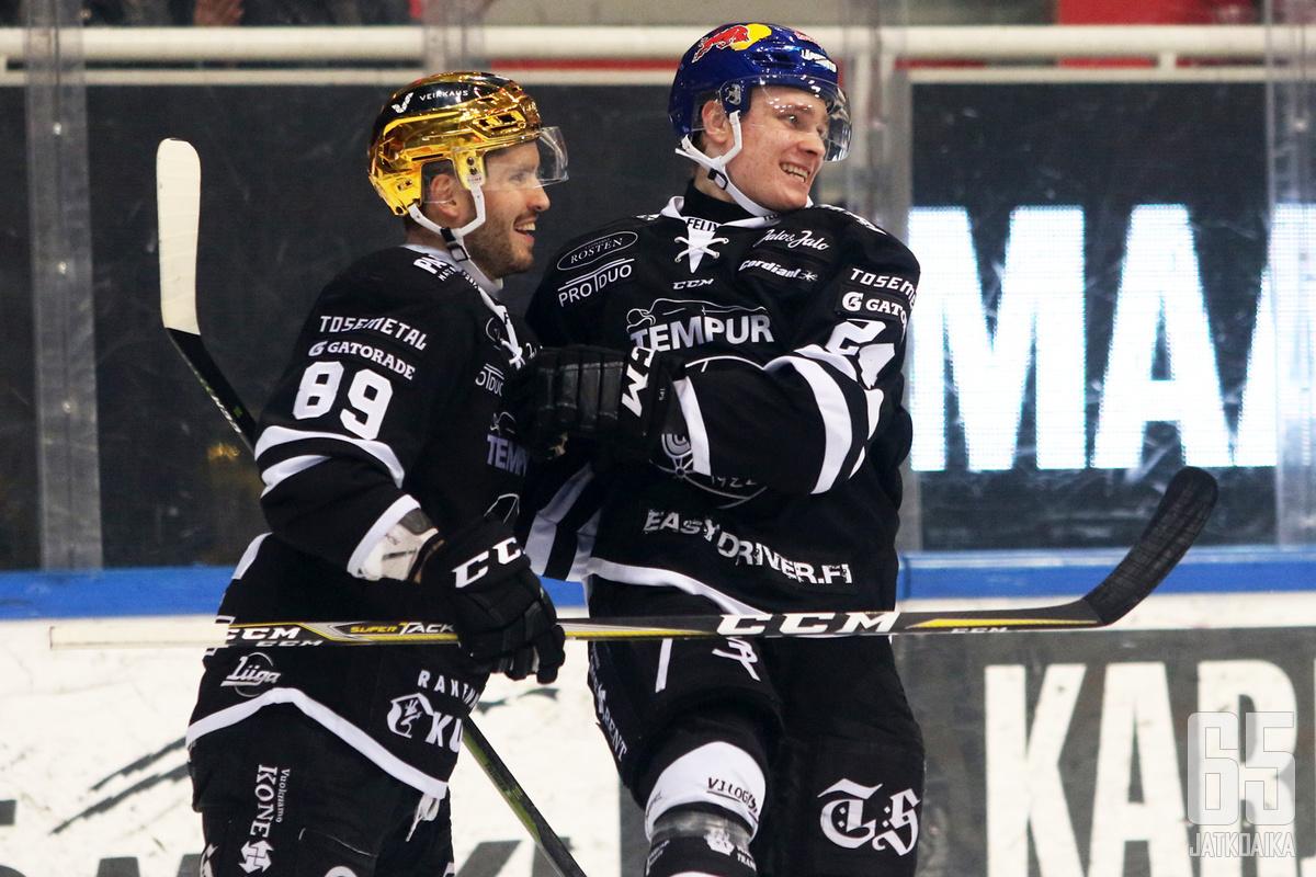 Kaapo Kakko ja syötön antanut Oula Palve juhlivat ennätysmaalia.