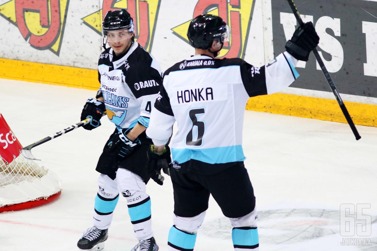 Julius Honka pääsi tuulettamaan voittomaalia heti avausottelussaan, kun puolustaja laukoi ratkaisun ylivoimalla.