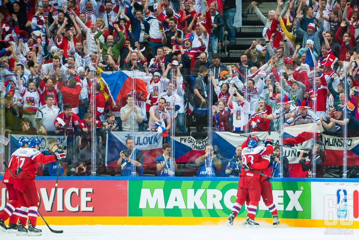 Tšekkiläisyleisö nostattaa vielä yhdeksi päiväksi karnevaalitunnelman Prahan jäähalliin.