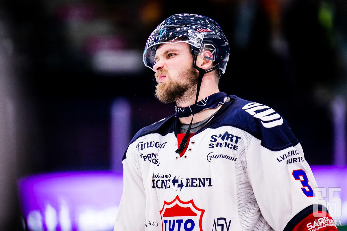 Jonne Virtanen ehti muutaman peliin Mestistäkin TUTO:n paidassa