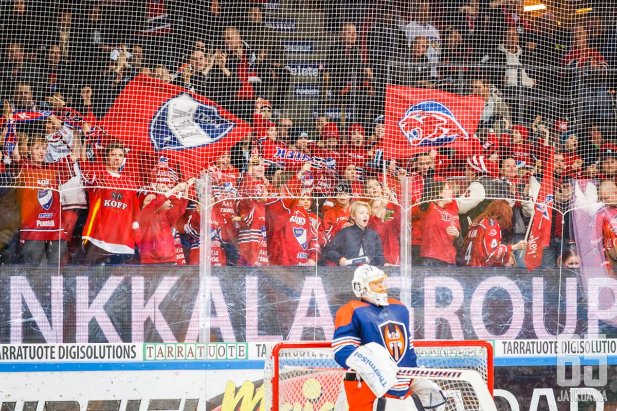 Kuvan HIFK-kannattajat saavat katsomokäyttäytymisestään puhtaat paperit.
