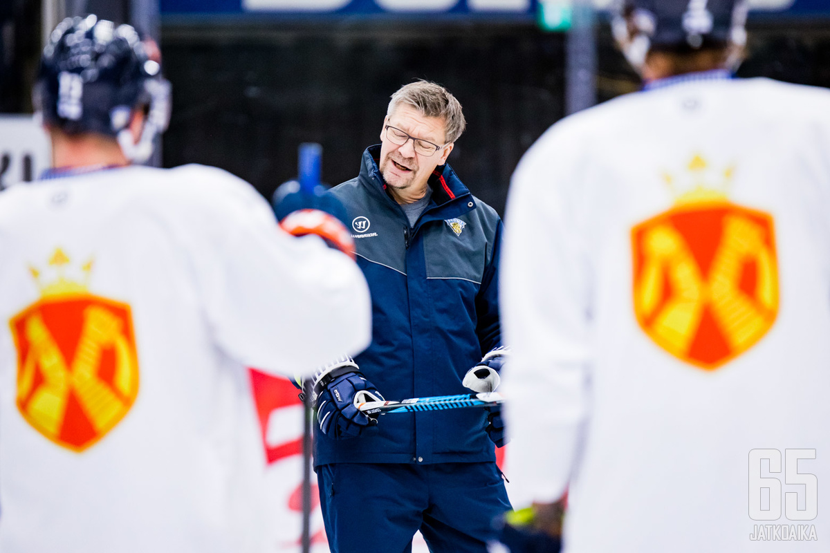 Jukka Jalosella on käskytettävänään erikoinen MM-joukkue.