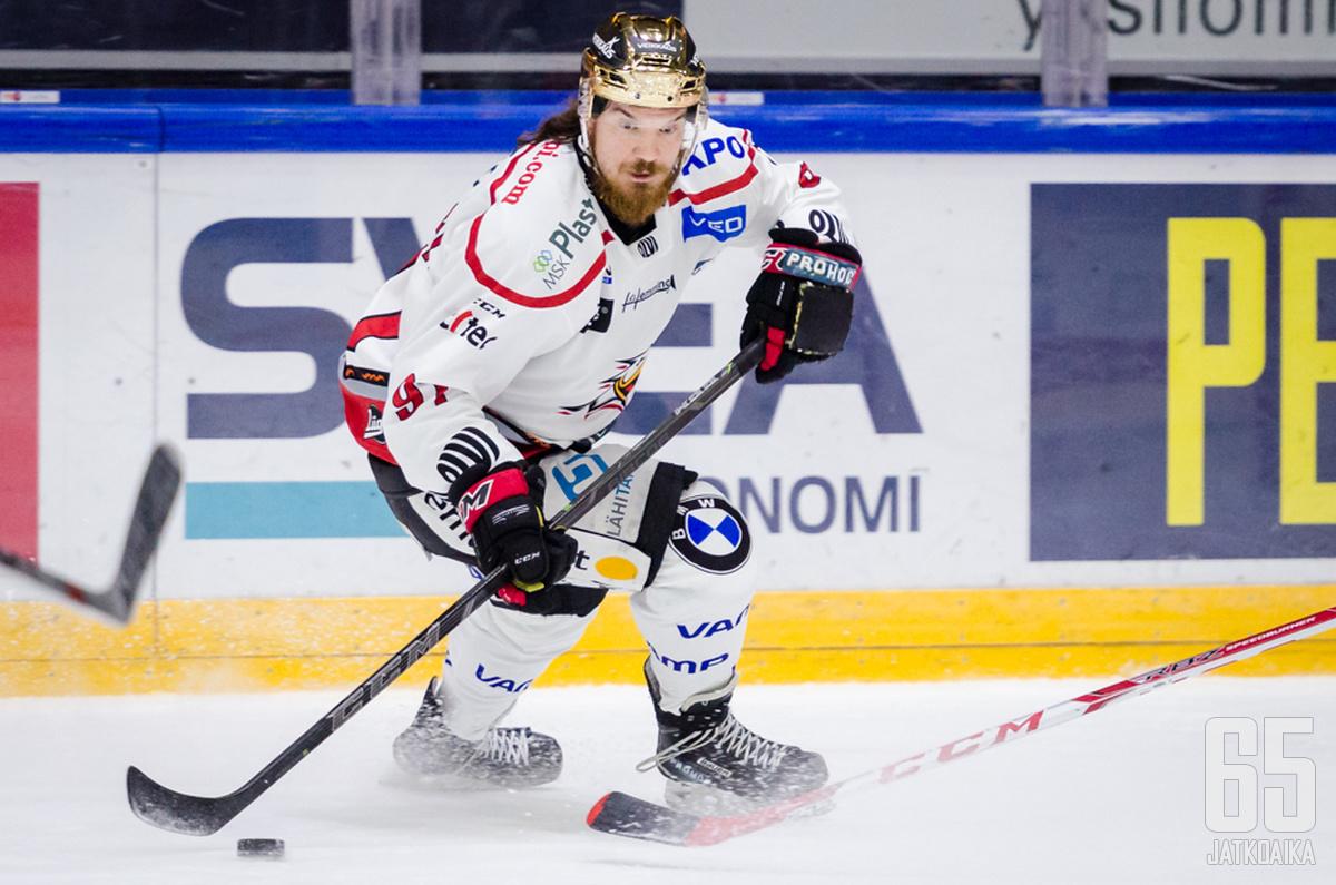 Tuomas Vänttinen kantoi Sportissa joukkueensa kultakypärää.