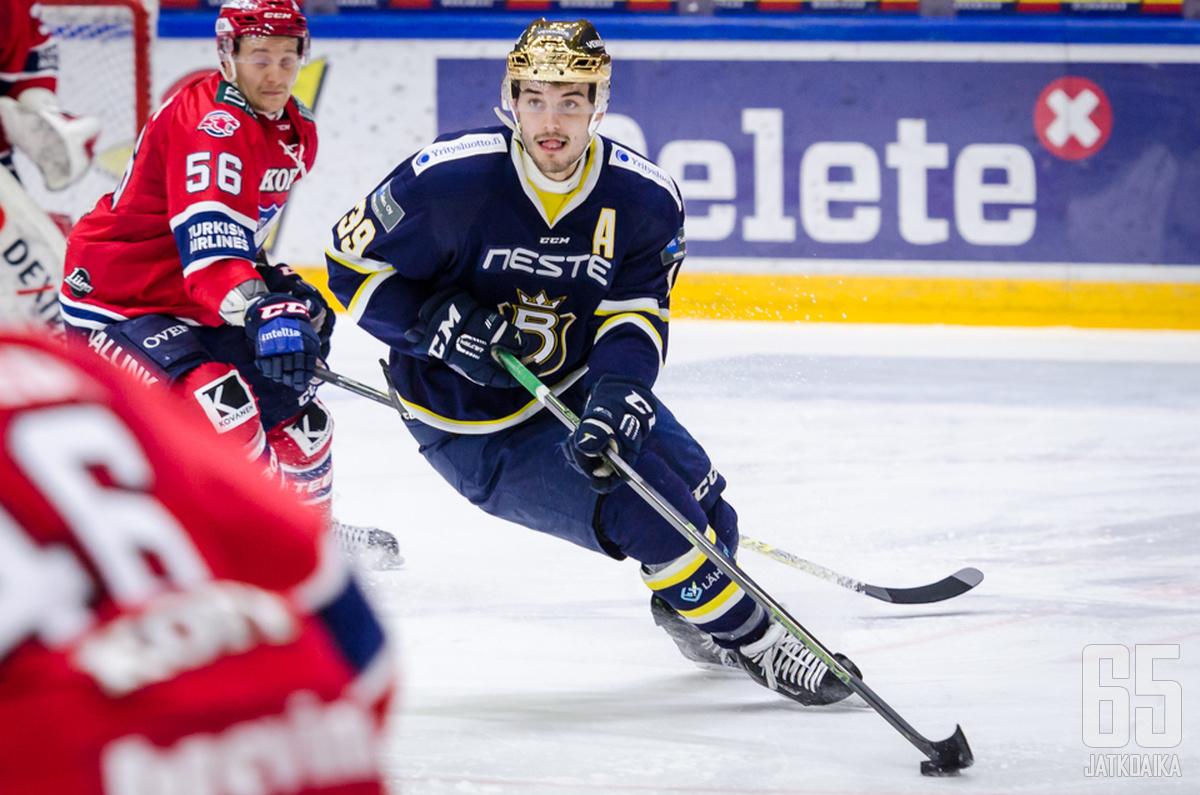 Bluesin kultakypärä Tiivolan (kuvassa numero 39) jälkeen aloitti Liiga-pelit vasta tällä kaudella.