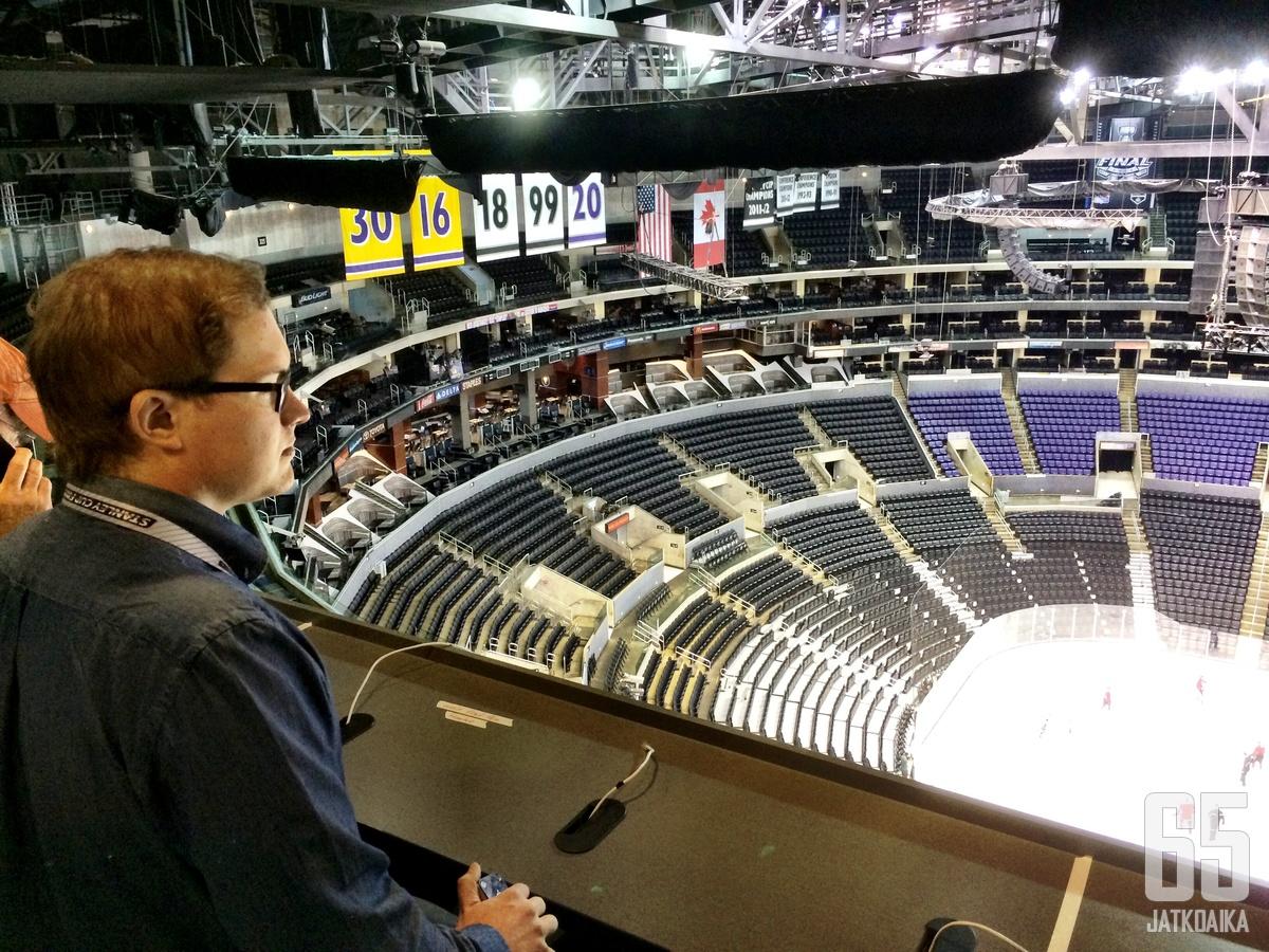 NHL-selostajana tunnettu Antti Mäkinen laajensi repertuaariaan äänikirjoihin.
