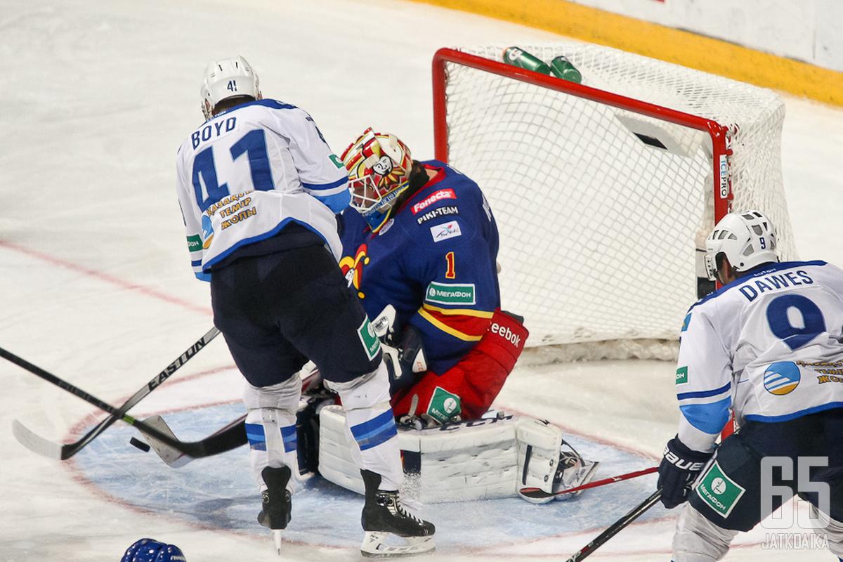 Barysin ykkösnyrkki yrittämässä Karlssonin yllättämistä, joka on Barysin uusi ykkösvahti.