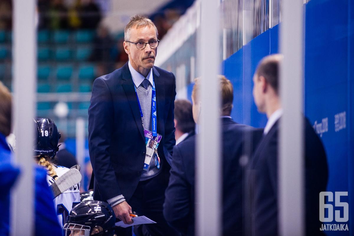Pasi Mustonen uskoo Naisleijonien kamppailevan mitaleista MM-kisoissa.
