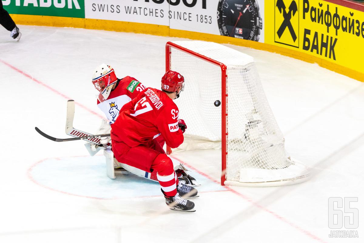 Venäjä oli huippujoukkueiden kohtaamisessa lopulta vahvempi. Tässä Artjom Švets-Rogovoi viimeistelee alivoimalla 2–1-johtomaalin.